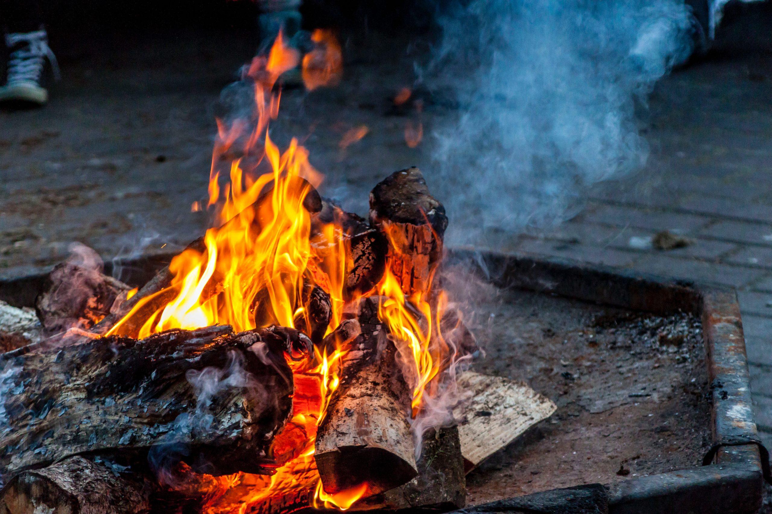 How to Build a Safe & Enjoyable Campfire